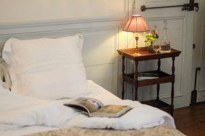 Chambre de Mademoiselle , vue du lit 160x200 , ambiance du chevet