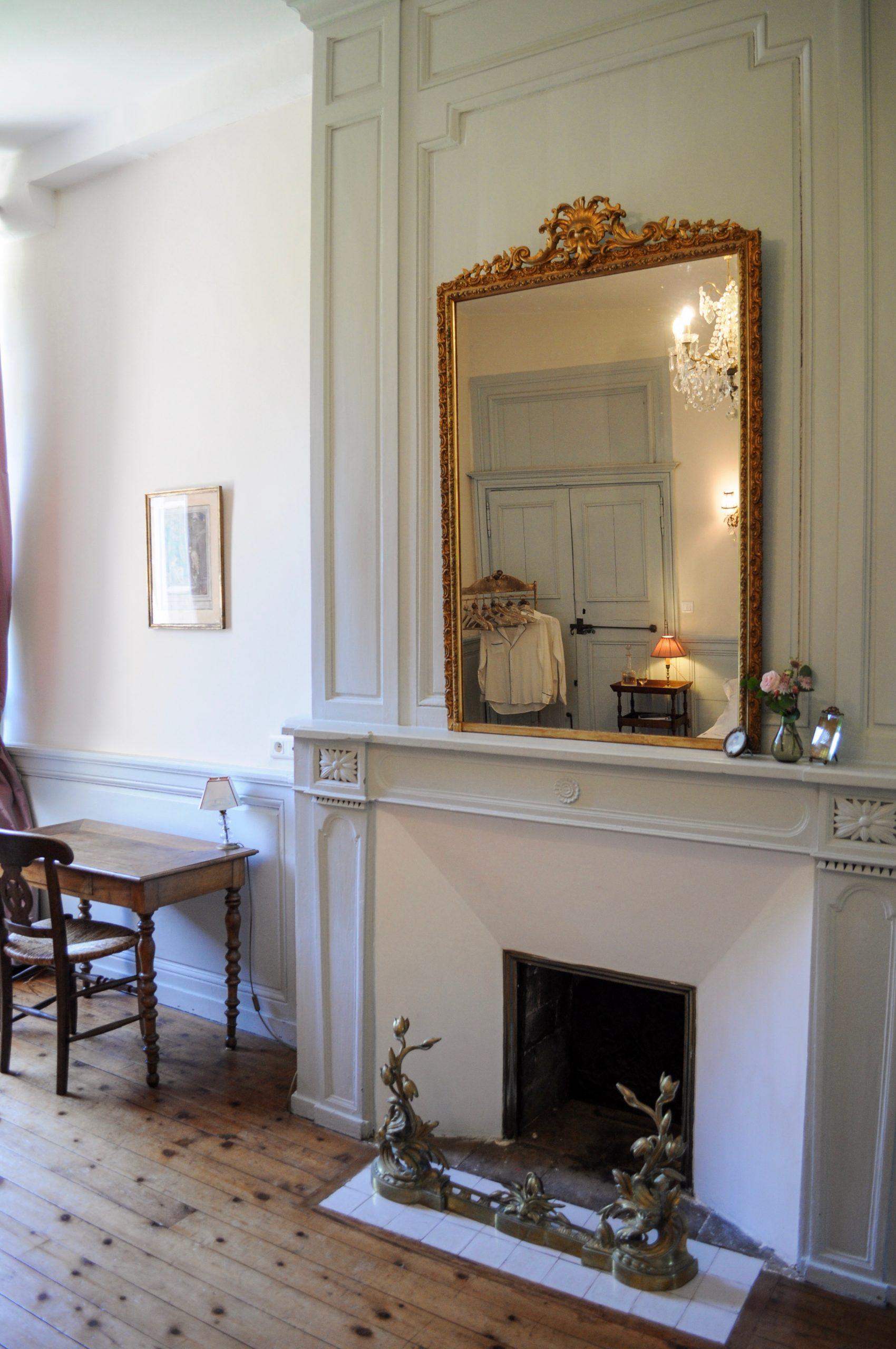 Vue du grand miroir posé sur cheminée de la chambre de Mademoiselle