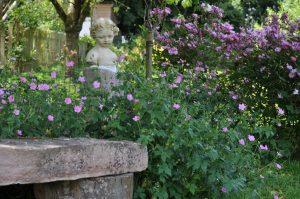 Une petite statut parmi les fleurs