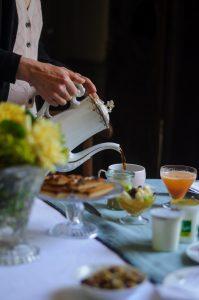 Présentation du petit déjeuner avec vaisselle ancienne