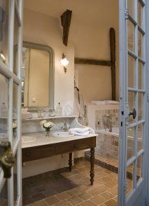 Vue de la baignoire de la salle de bain de la suite un ange passe