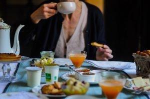 Un petit déjeuner complet , avec du fait maison , sucré et salé