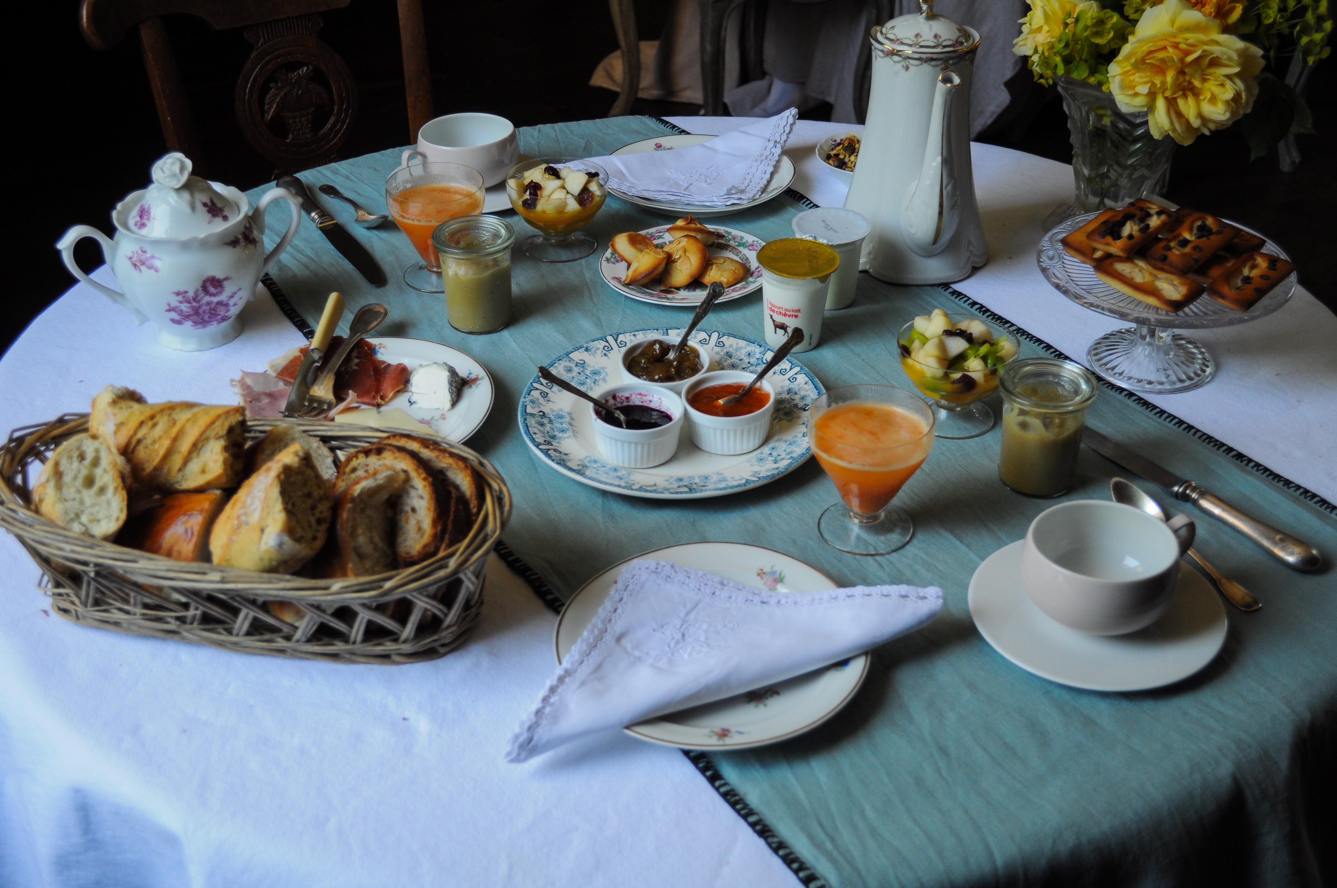 Petits déjeuners complets en chambres d'hôtes , manoir de la villeneuve