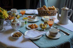 Au petits déjeuners , viennoiseries, pain divers , salades de fruits jus pressé , Pâtisserie maison, fromage jambon ,