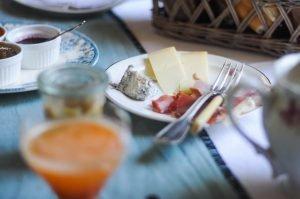 Fromage local et jambon sec servis aux petits déjeuners