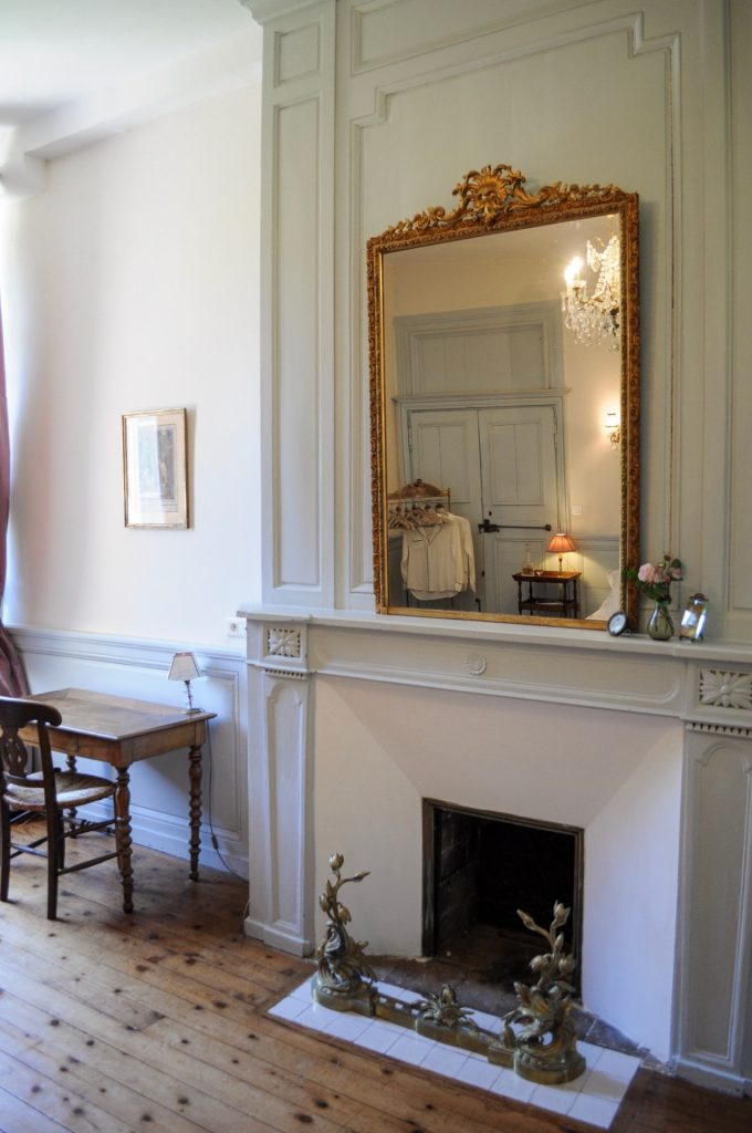Chambre de mademoiselle vue cheminé et miroir