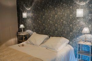 chambre lit 160X200 , du gite jardin d'hortense ambiance fleurie avec papier peint au mur